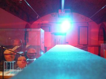 Sala del museo con luce rossa